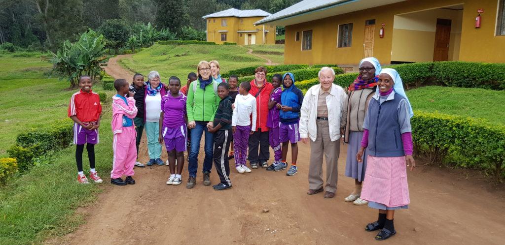 Kwamndolwa-Schwestern mit Waisenkindern
