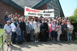Gruppenbild des Hungermarsch vor der St.Marien Kirche Walldürn